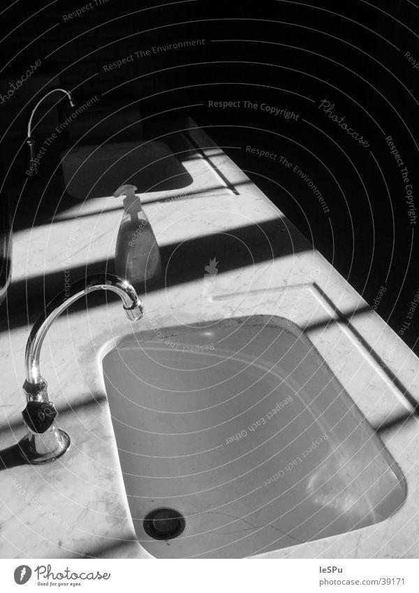 Waschbecken Seife Bad dunkel bedrohlich Häusliches Leben Schatten Wasser Toilette Fliesen u. Kacheln Schwarzweißfoto Kontrast