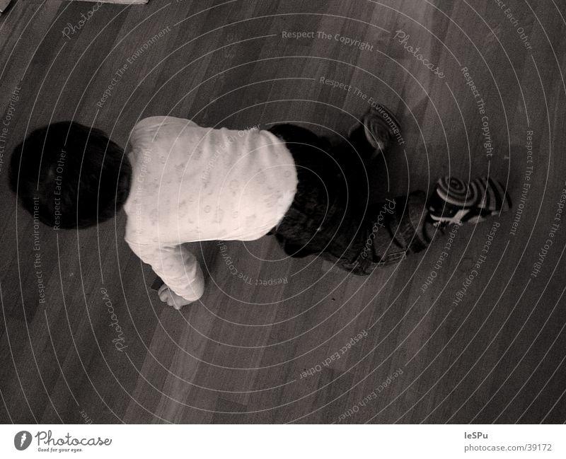 Kind Mensch Spielen Bodenbelag Dynamik Flucht krabbeln