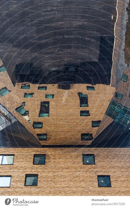ein teilweise verspiegeltes Haus spiegelt sich selbst - fly high Architektur modern Gebäude Fassade Moderne Architektur Bauwerk Glas Spiegelung Egozentrik