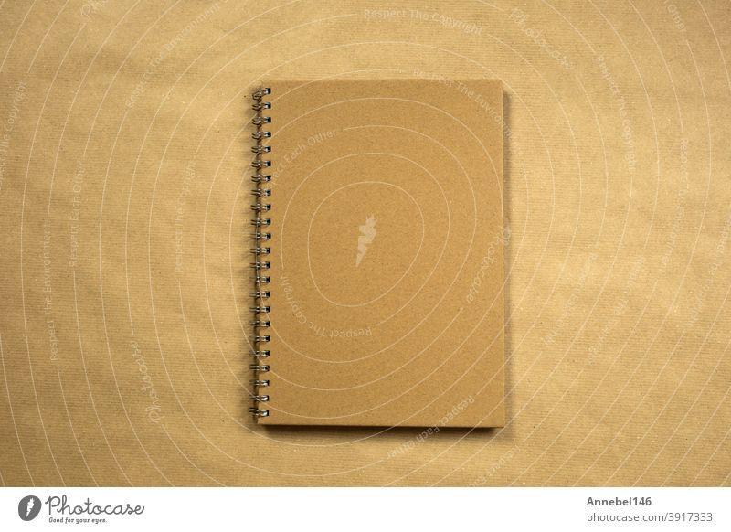 recyceltes braunes Papier leeres Notizbuch vordere Abdeckung mit braunen Hintergrund Textur Draufsicht, Kopie Raum, Raum für Text modernes Design, Business oder Bildung Konzept