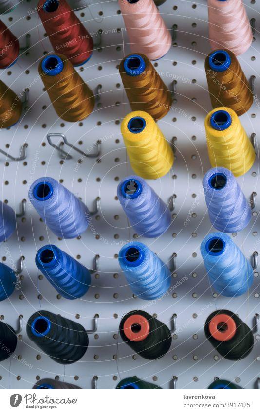 Nähmaschinenspulen mit bunten Fäden Rolle Näherei Handarbeit Spulen Gerät Faser Objekt Stickereien Nähen Garnspulen Handwerk Damenschneiderei Schneidern rollen