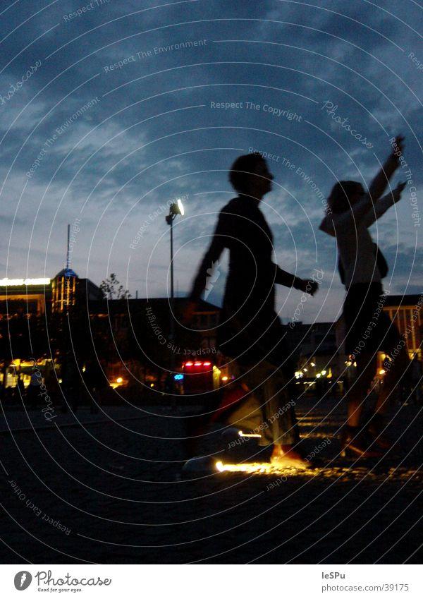 Begrüßung Freundschaft Nachtleben Gegenlicht Stadt Wiedersehen Licht Schatten Shillouette Freude