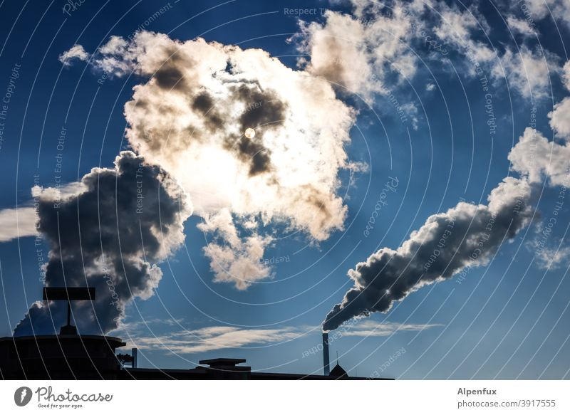 Sonnenfinsternis Schornstein Gegenlicht Außenaufnahme Industrie Fabrik Rauch Umweltverschmutzung Klimawandel Industrieanlage Umweltschutz Menschenleer Farbfoto