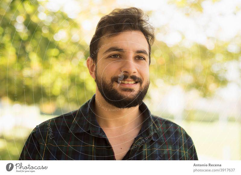 Bärtiger Mann im Park im Freien. Lächelnd zerzaust Männer männlich 40s Erwachsener attraktiv Herbst Vollbart bärtig cool Glück gutaussehend Lebensstile Porträt