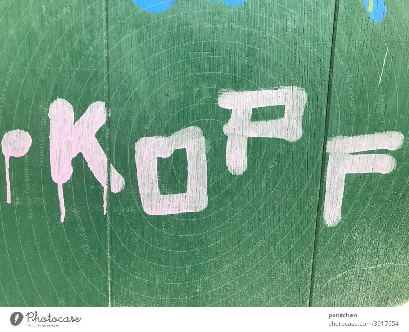 Kopf steht in weißer Farbe auf grünem Hintergrund. Intelligenz, nachdenken wort schmiererei intelligenz körperteil Schriftzeichen Buchstaben Wand Text