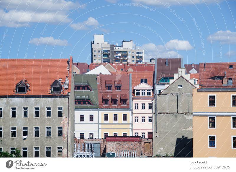 historisch wieder aufgebaute Neißevorstadt, dahinten ein Plattenbau auf der Höhe seiner Zeit Himmel Wolken Schönes Wetter Zgorzelec Görlitz Altstadt Fassade