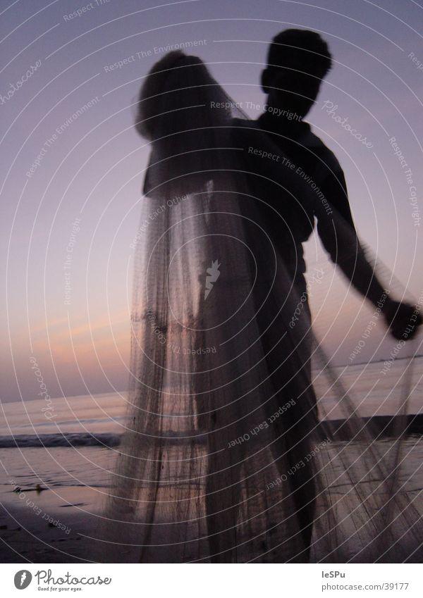 Fischer Meer Strand Gegenlicht ruhig Ferien & Urlaub & Reisen Fischereiwirtschaft Arbeit & Erwerbstätigkeit Naher und Mittlerer Osten Mann Netz Abend