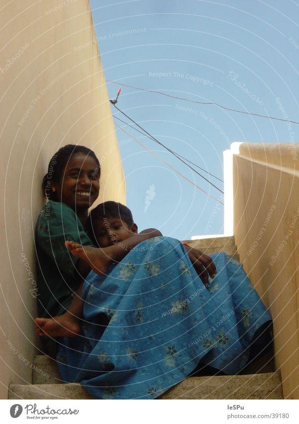 Revathi Kind Himmel Sonne ruhig Freundschaft Treppe Mutter Familie & Verwandtschaft Schutz Indien Geborgenheit Eltern Lehm