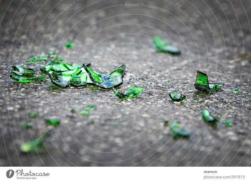 echt scharf Verkehrswege Straßenverkehr Bürgersteig Glasscherbe Splitter Glassplitter Asphalt bedrohlich Verantwortung Reinlichkeit Sauberkeit Sorge egoistisch
