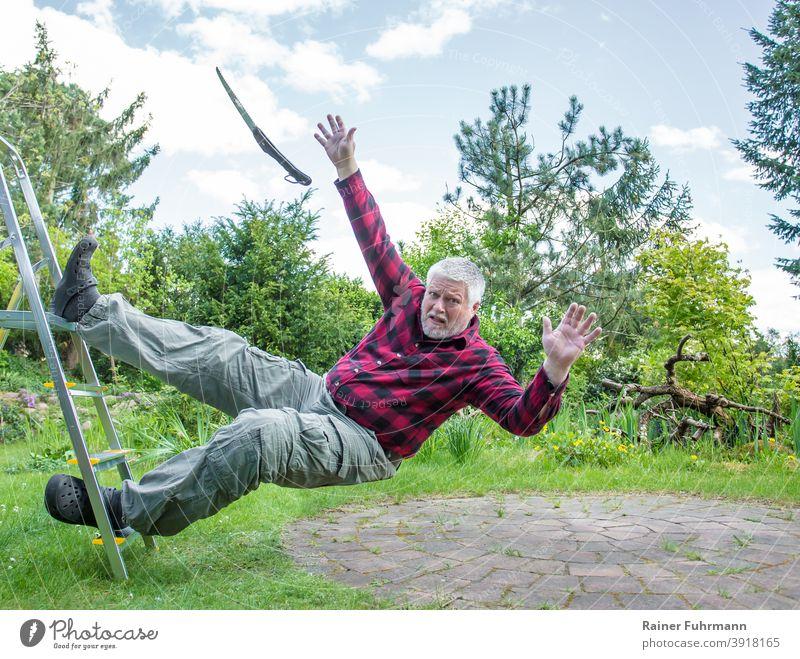 Ein älterer Mann fällt bei der Gartenarbeit von einer Leiter fallen Arbeitsunfall Mensch Farbfoto Gesundheitswesen Erste Hilfe Rettung Notruf Notfall Gefahr