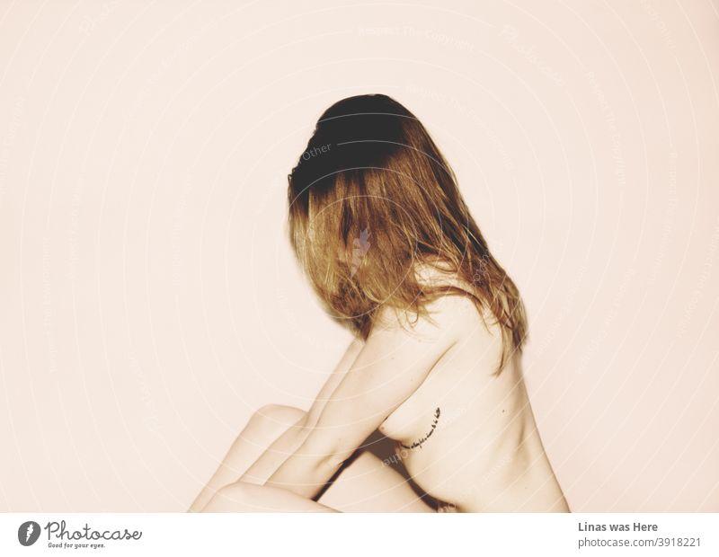Ein sehr sinnliches Bild von einem wilden, wunderschönen und nackten Mädchen. Studio-Modell-Fotoshooting einer jungen Frau, die Lust und ein Gefühl von einem bevorstehenden Sommer hervorruft.