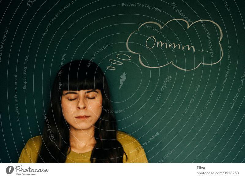 Frau versucht sich zu entspannen und denkt Ommmm. Meditation, Ruhe und Gelassenheit. Entspannung ruhig bleiben genervt Fassung bewahren gelassen bleiben
