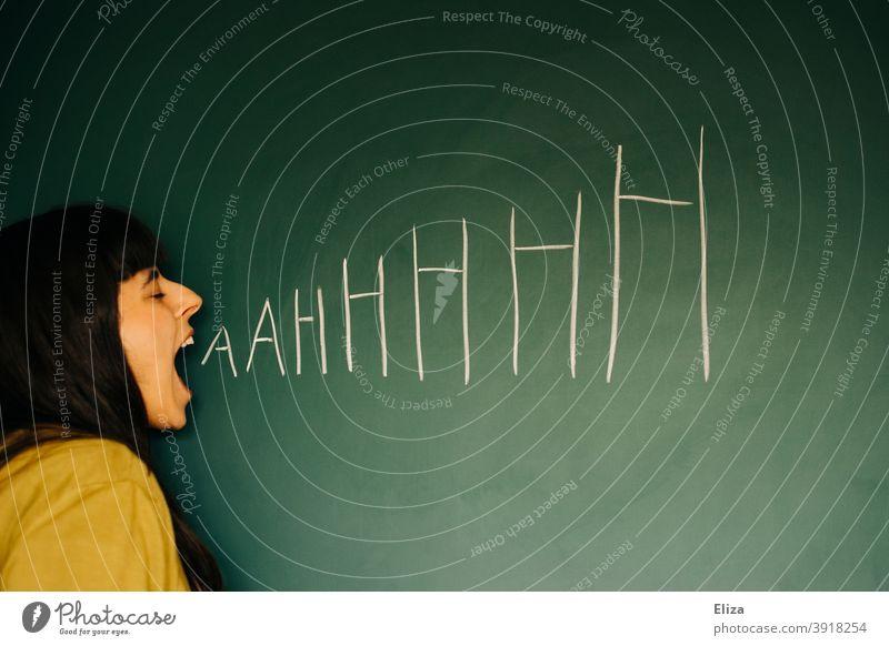 Wütende Frau schreit AAHHHHH Wut wütend schreien Verzweiflung sauer Frustration Aggression Ärger Mensch Gefühle gereizt Stress Ahhhh Konflikt & Streit laut