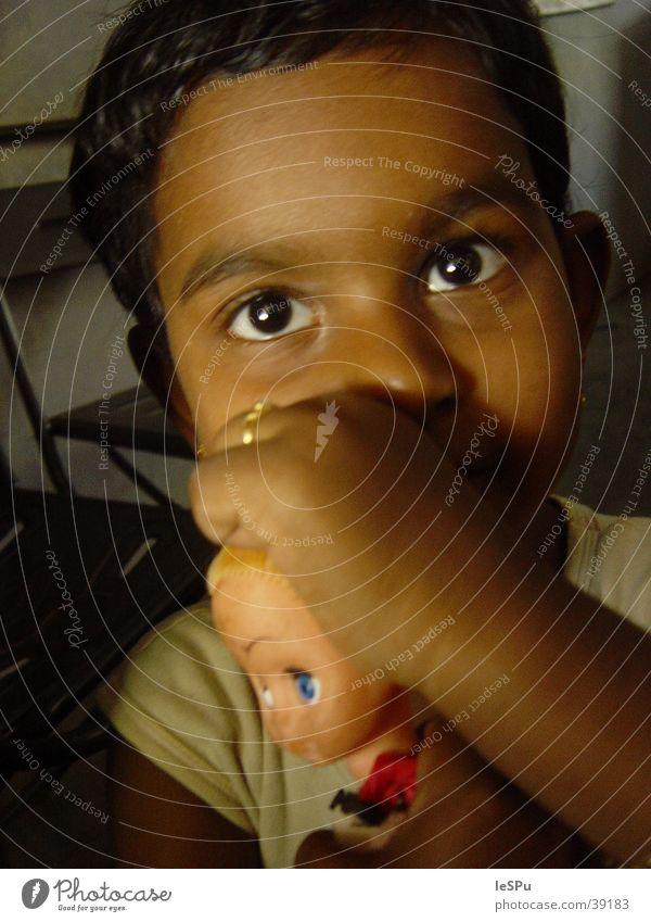 Puppe Kind Mädchen Spielen Denken Indien ernst Naher und Mittlerer Osten