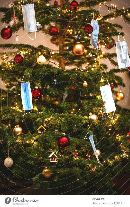 Weihnachtsbaum geschmückt mit Atmenschutzmasken in Zeiten von Corona Coronavirus Weihnachten & Advent Maske Mundschutz Atemschutzmaske Konzept Pandemie