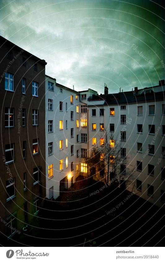 Illumination im Hinterhof abend advent altbau außen deko dekoration dunkel fassade fenster haus hinterhaus hinterhof innenhof innenstadt licht mauer