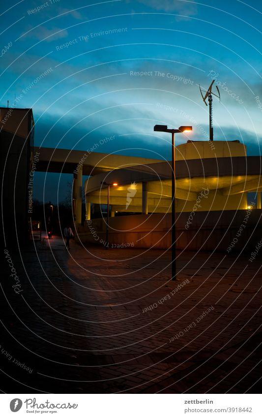 Parkhaus am Abend Parkplatz abend auffahrt brücke dunkel bahnhof dämmerung nacht parkhaus windkraft ztufahrt zufahrt laterne straßenlaterne bürgersteig gehweg