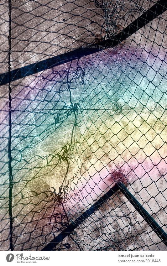 alter kaputter Metallzaun, Regenbogen und Schatten Zaun metallisch gebrochen Boden texturiert Muster Hintergrund abstrakt Sonnenlicht Oberfläche Textur