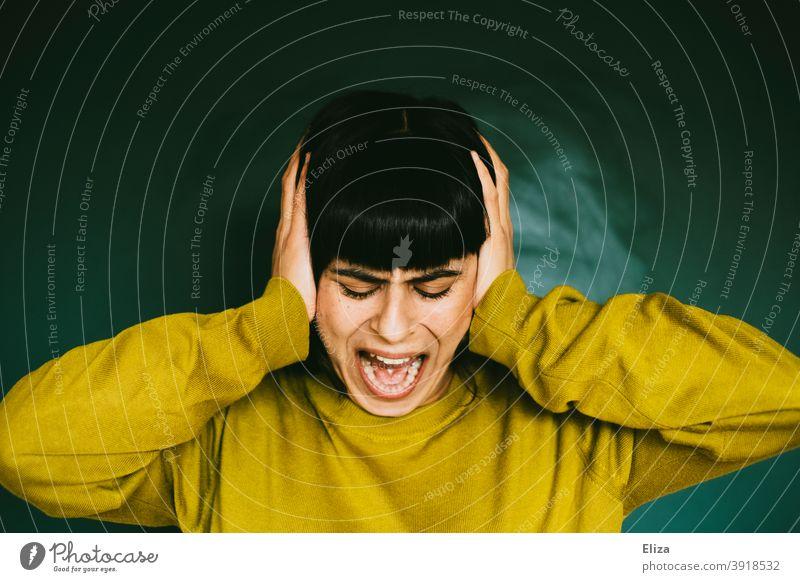 Wütende Frau hält sich die Ohren zu und schreit laut Wut wütend schreien Verzweiflung sauer Frustration Aggression Ärger Mensch Gefühle gereizt Stress Ahhhh