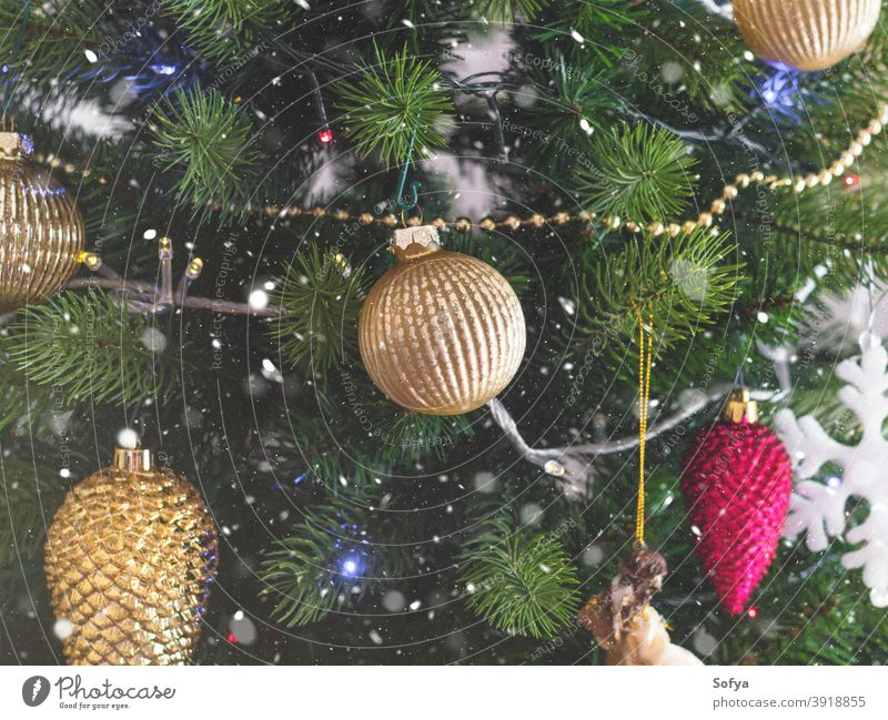 Neues Jahr Weihnachtsbaum Detail mit Ornamenten Baum Weihnachten Feiertag Winter Schnee Neujahr neu Hintergrund Postkarte golden Design Muster Bokeh Glück