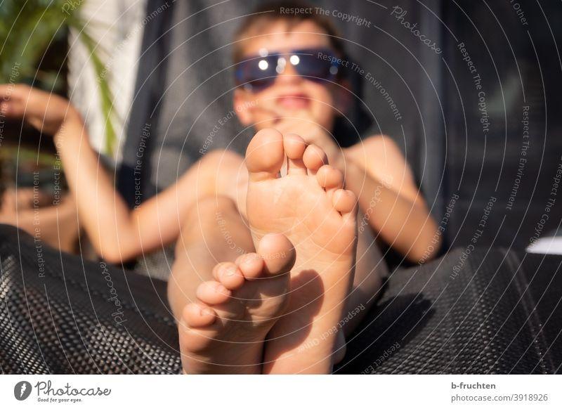 Kind mit Sonnenbrille liegt auf einem Liegestuhl Sommer Füsse Beine Zehen liegen erholung ferien Erholung Barfuß Ferien & Urlaub & Reisen Fuß Außenaufnahme