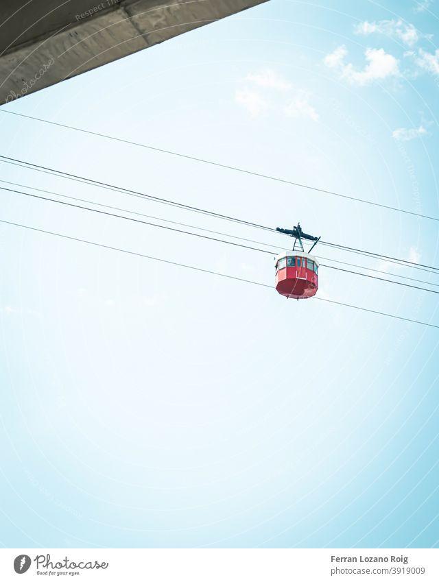 Rote Seilbahn mit blauem Himmel rot Blauer Himmel Wolken Kabel telepherique