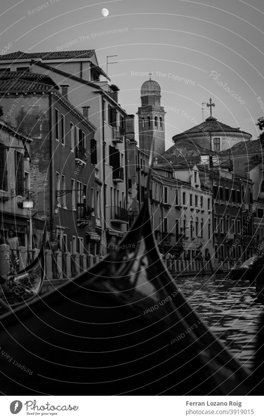 Nachmittag in Gondel in Venedig mit dem Mond Italien Gondellift Canal Grande Kanal schwarz auf weiß Gebäude alt Nostalgie venezia