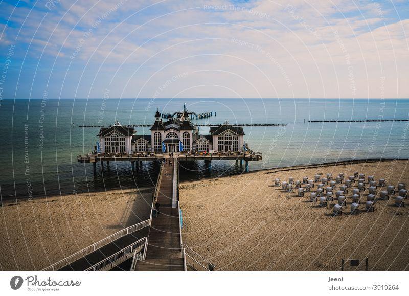 Ostsee-Seebrücke | blauer Himmel mit Wolken | Strand mit Strandkörben Sellin Ostseeküste Insel Insel Rügen Außenaufnahme Erholung ruhig Ferien & Urlaub & Reisen