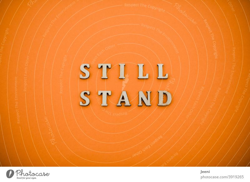 Stillstand | Text auf einfarbigem Hintergrund in orange | corona thoughts COVID19 COVID-2019 covid-19-Pandemie 2020 2021 ansteigen höchstwert Prävention