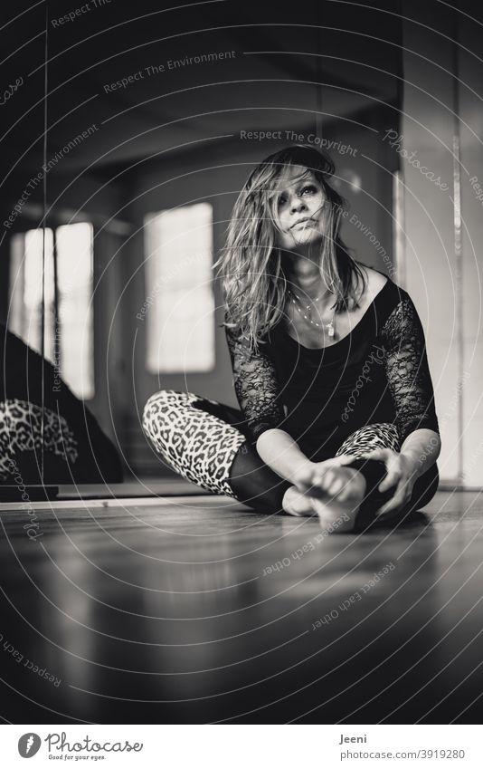 Junge schöne Tänzerin nach ihrem Training bei der Entspannung im Ballett-/Fitness-Studio Frau Junge Frau feminin Licht Spiegel Tanz Sonnenlicht Schatten