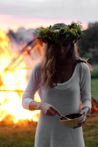 Mensch Frau Himmel Natur Jugendliche Sommer Landschaft Junge Frau Wald Erwachsene Umwelt Wiese 18-30 Jahre Leben feminin Blüte