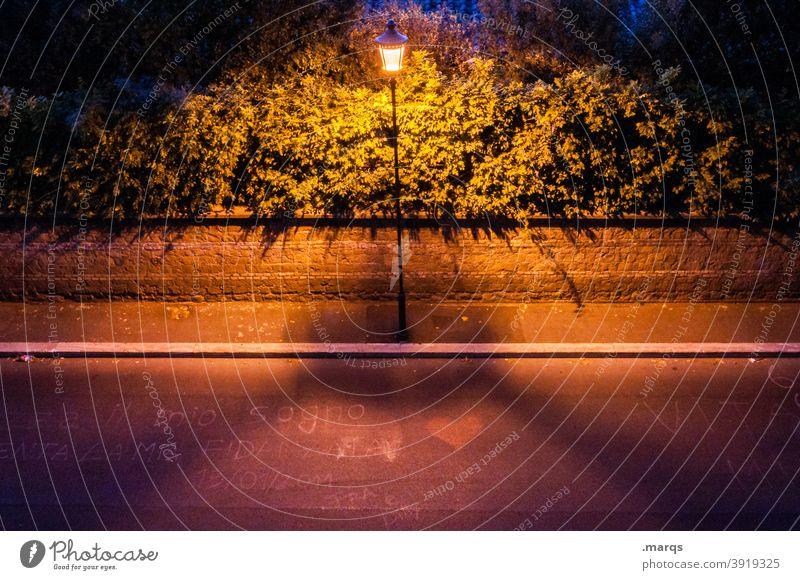 Einleuchten Laterne Abend Perspektive Vogelperspektive Straße Bürgersteig Zentralperspektive Symmetrie Straßenbeleuchtung Beleuchtung Wege & Pfade