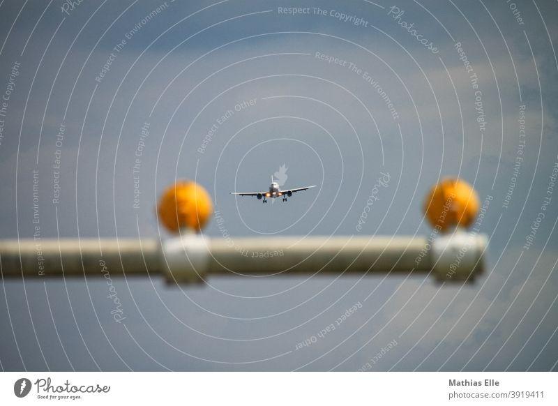 Flugzeug im Landeanflug Corona blau Fluggeschäft Flugzeugfenster Flugzeugstart Terminals Reifen Landebahn Geschwindigkeit Fahrwerk Abgase Fluggerät
