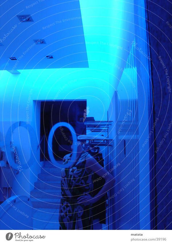 Blaues Schaufenster Nacht Neonlicht Licht Schaufensterpuppe Menschenleer Architektur blau Modeboutique