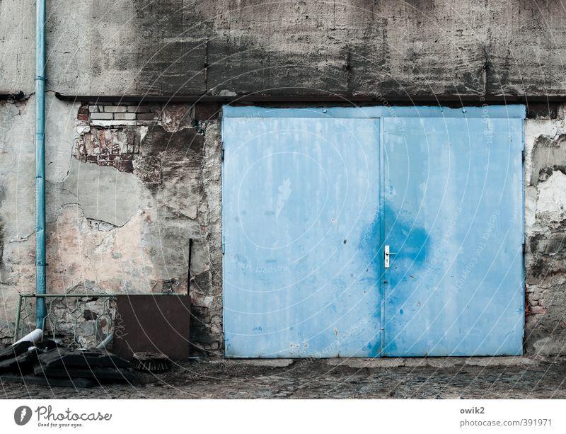 Tor ins Blaue Dinge Elektrisches Gerät Dachrinne Mauer Wand Fassade Garagentor Stein Metall alt blau Griff zyan schäbig Zahn der Zeit verfallen Abnutzung