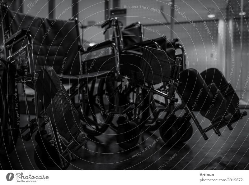 Leerer Rollstuhl im Krankenhaus in der Nacht für Service-Patienten und behinderte Menschen. Medizinische Geräte im Krankenhaus für die Unterstützung behinderter alter Menschen. Stuhl mit Rädern für die Patientenversorgung im Pflegeheim.
