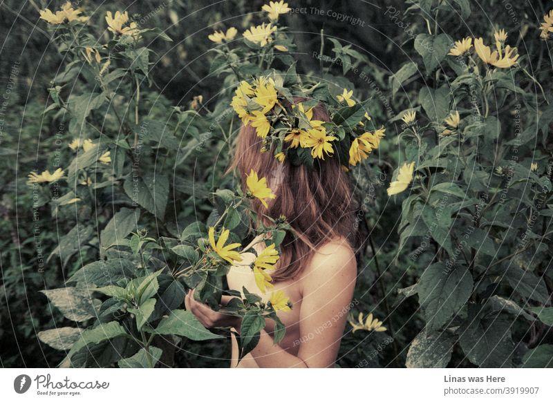 Es fühlt sich immer noch nicht wie Sommersonnenwende noch, obwohl diese sinnliche Bild eines nackten Deva mit einem gelben Blumengirlande in der Wildnis bringt das Beste der Sommerzeit Erinnerung. Junge und nackte Brünette Modell aus in der grünen Natur.