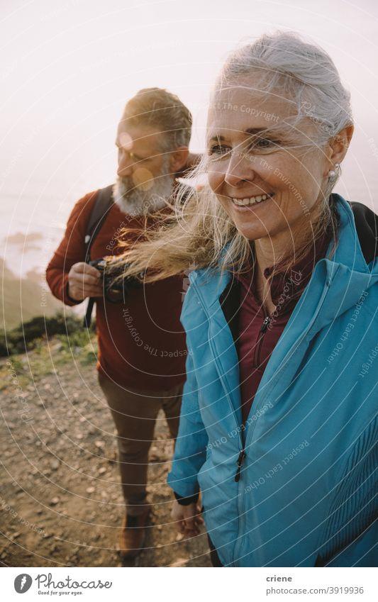 glücklich Senior Paar Wandern zusammen bei Sonnenuntergang Glück alt älter Frau Menschen Liebe Familie Lächeln Strand Porträt reif Ruhestand Großmutter