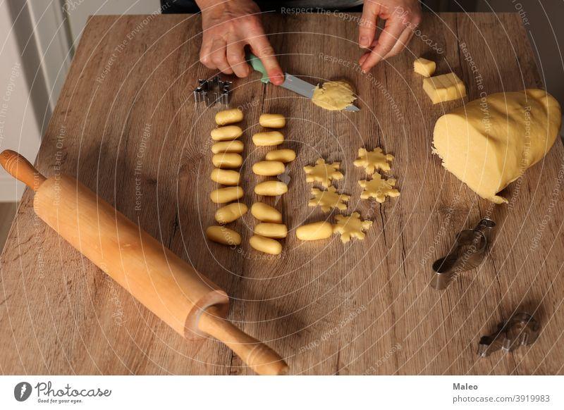 Plätzchen werden für die Weihnachtsfeier gebacken Person Koch Tisch handgefertigt Hand Array Biskuit Brot Kuchen Feier Weihnachten Keks Essen zubereiten