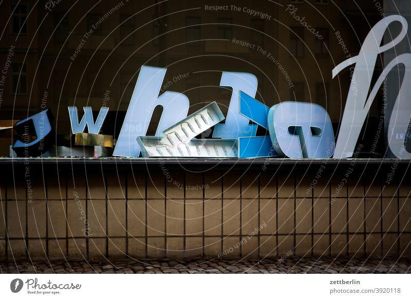 Verschiedene Buchstaben aussage außenwerbung botschhaft buchstabe einzelbuchstabe info information letter reklame satz schreiben schrift setzerei wort fenster