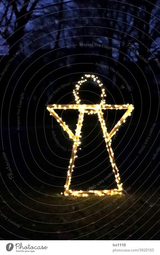 Engel mit einer Lichterkette geschmückt steht beleuchtet im Park Weihnachten & Advent Weihnachtsdekoration Gestell Holz Metall Weihnachtsbeleuchtung Abend