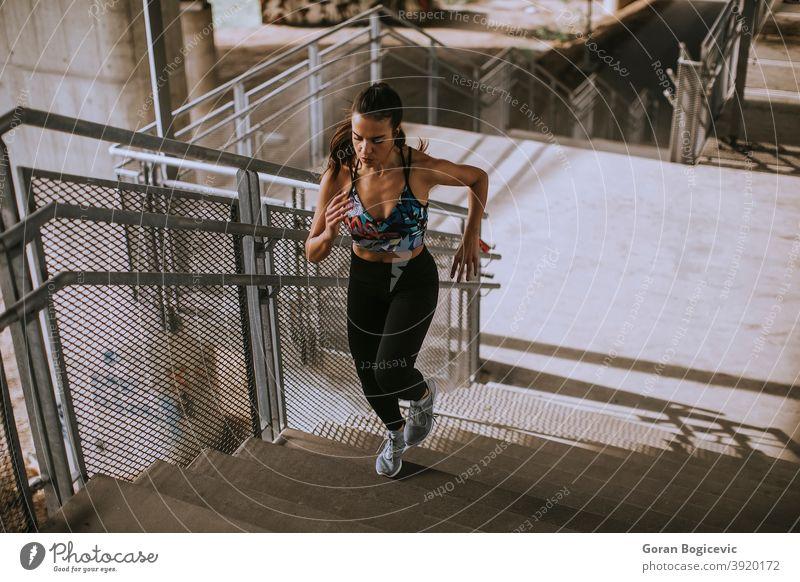 Junge Frau läuft in der städtischen Umgebung Treppe Übung Training Fitness Läufer Athlet urban Großstadt jung Lifestyle Gesundheit Person Aktivität passen eine