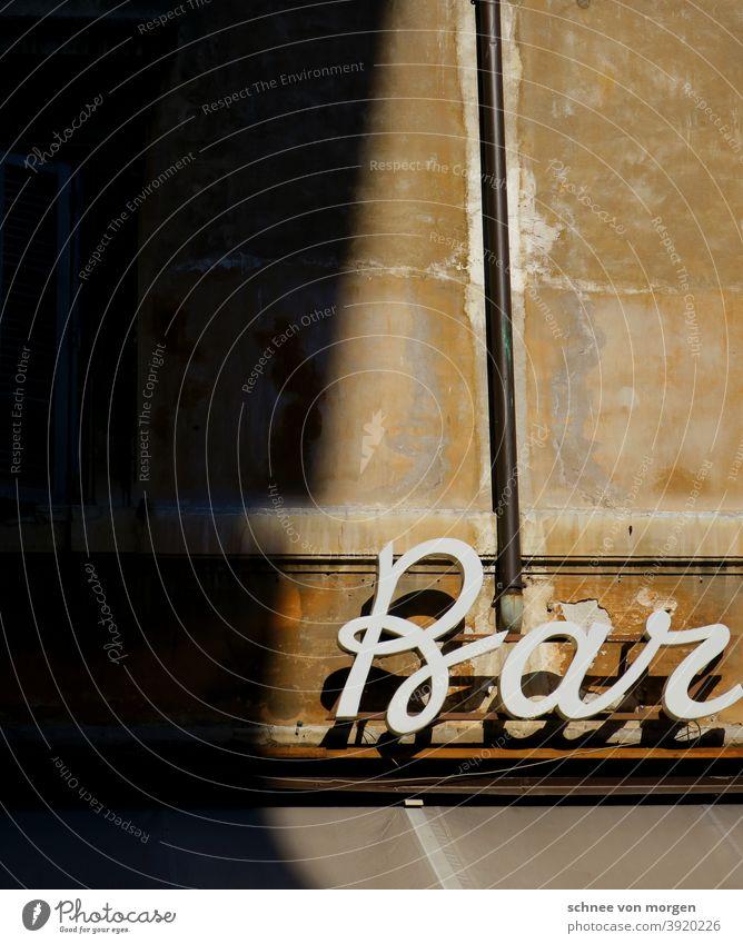 was trinken gehen? Bar Restaurant Italien Schatten Fassade Sonnenlicht Kontrast Farbfoto Außenaufnahme Licht Menschenleer Wand Stadt Gebäude Fenster