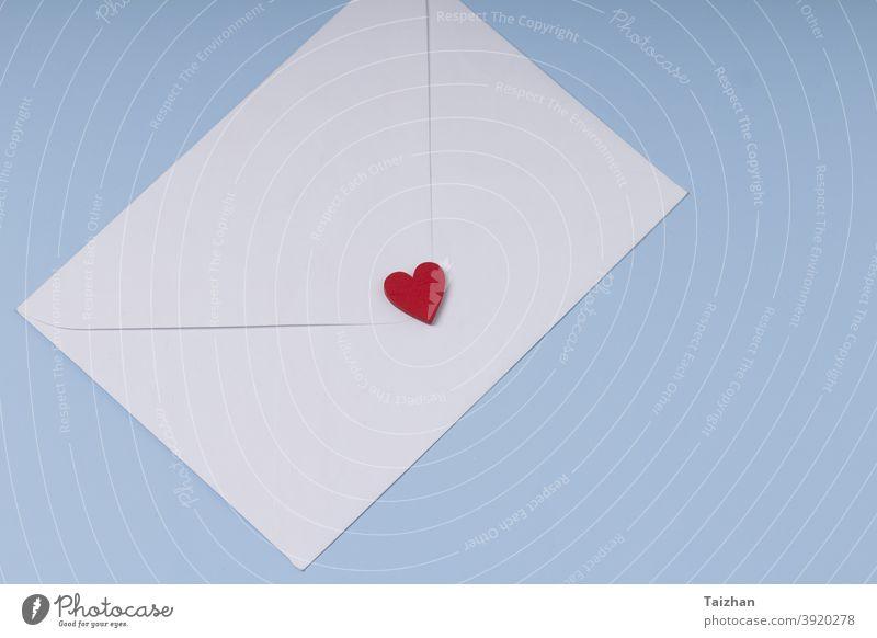 Umschlag und rotes Herz auf blauem Hintergrund. Geschenk, Nachricht für Liebhaber. Valentinstag Gruß Konzept. Post Jahrestag Kuvert Papier Design Symbol