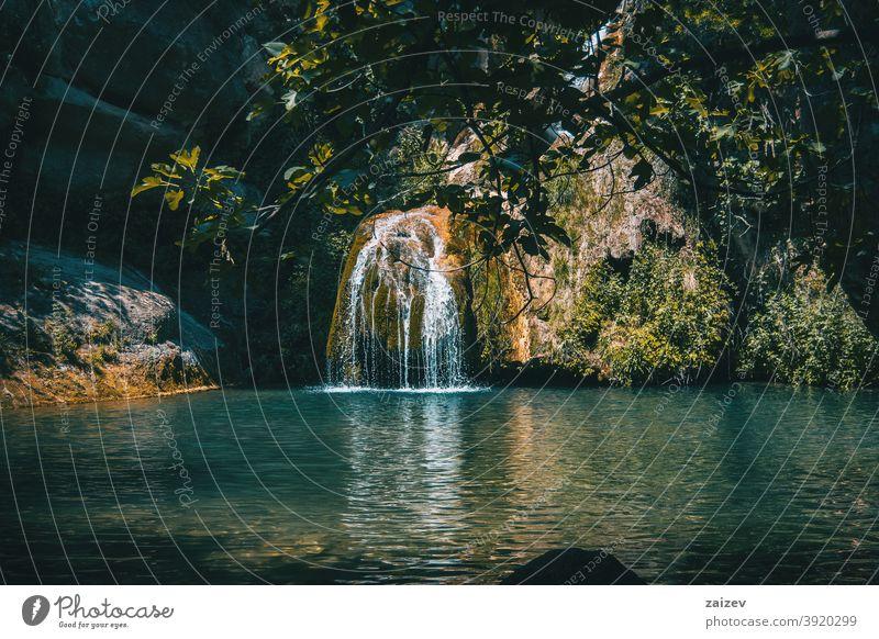 landschaft eines kleinen wasserfalls in einem wald von tarragona, spanien friedlich Gelassenheit Frieden Ruhe Erkundung meditieren rein Reinheit Zen