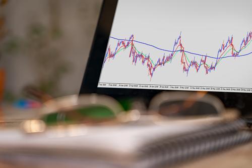 Finanzmarktsignale auf dem Bildschirm Risiko Wirtschaft Indikatoren Foto Tablette niemand Notebook planen Gerät Papierkram Brille arbeiten Leuchter Banking