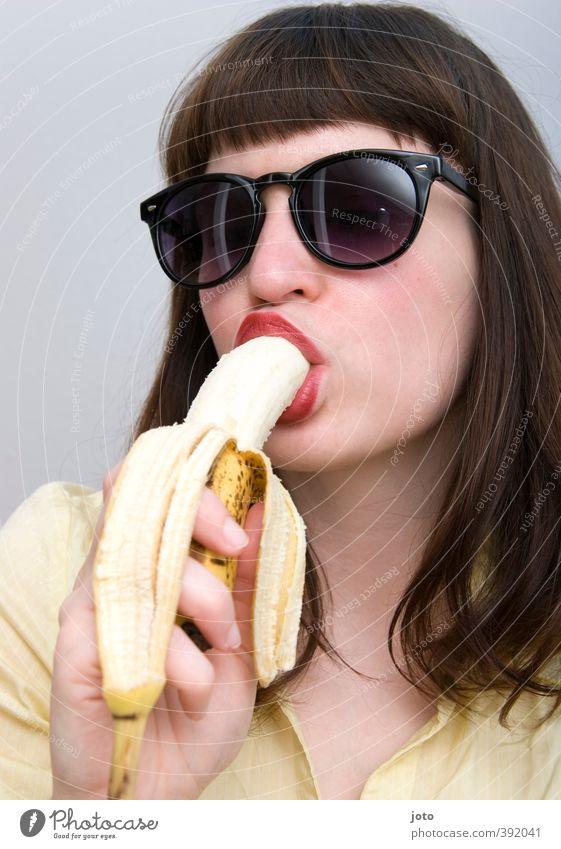 banana II Jugendliche schön Junge Frau feminin Gesunde Ernährung Essen Gesundheit Lebensmittel Frucht genießen Ernährung lecker Frühstück Sonnenbrille Lust Pony