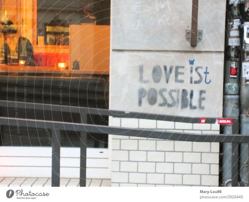"""Spruch auf Wand """"Love is(t) possible"""" Liebe Love is possible Kneipe Graffity Typografie Streetart Urban Außenaufnahme Romantik Graffiti Verliebtheit verlieben"""