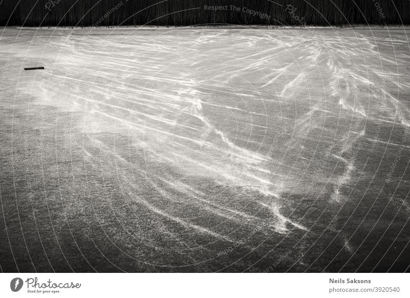 dünne Schneewindgebilde auf gefrorenem Flusseis Aktivität Gegend Hintergrund hell kalt Konzept cool Dezember Regie folgend weitergeben frisch Boden Eis Freizeit