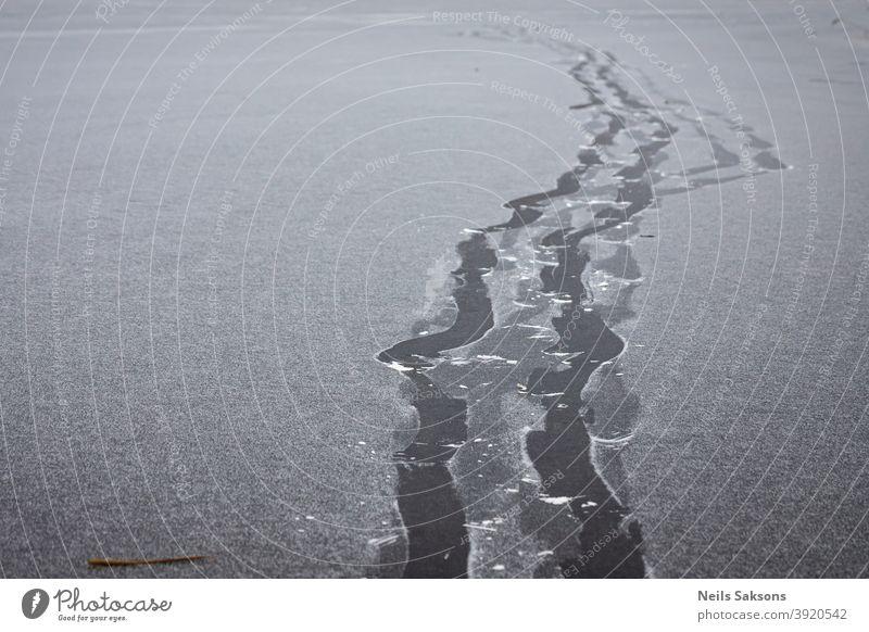 Fußspuren im dünnen Schnee auf gefrorenem Fluss Aktivität Gegend Hintergrund Stiefel hell kalt Konzept cool Dezember Regie folgend Fußtritt weitergeben frisch